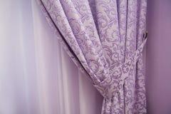 Окно балкона с пурпуровыми занавесами стоковая фотография