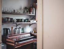 окно белизны сбора винограда стула нутряное близкое Стоковые Изображения RF