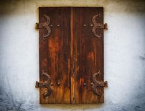Окно Брайна деревянное закрывает с стилем окна старой предпосылки каменной стены старым деревянным Стоковые Фотографии RF