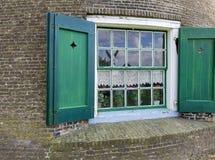 Окно ветрянки с зелеными штарками стоковые изображения