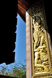 Окно виска на ушивальнике Wat Xieng стоковая фотография