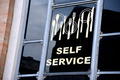 Окно в кафе улицы - обслуживании собственной личности Стоковое Изображение