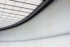 Окно в крыше в здании с белыми жалюзи стоковая фотография