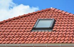 Окно в крыше на красной керамической крыше дома черепиц Современное окно в крыше крыши Окна в крыше чердака самонаводят дизайн Ко стоковые изображения rf