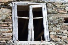 Окно в покинутом доме стоковые изображения rf