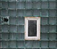 Окно в стеклянной стене сделанной из толстостенных клеток серии Стоковые Изображения