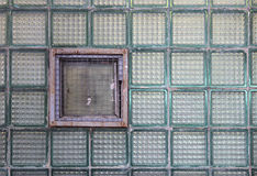 Окно в стеклянной стене сделанной из толстостенных клеток серии Стоковые Фотографии RF