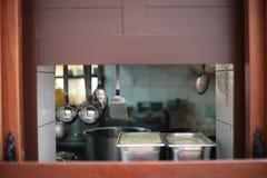 Окно в стене между кухней Стоковое фото RF