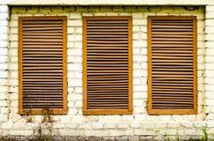 Окно в стене от старых кирпичей стоковые изображения