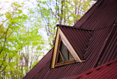 Окно в чердаке старого дома Стоковые Изображения
