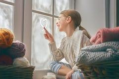 окно девушки сидя Стоковая Фотография RF