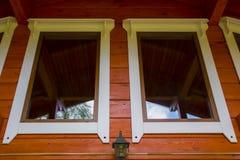Окно деревянного коттеджа дома Стоковые Изображения RF