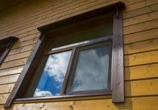 Окно деревянного коттеджа дома Стоковое фото RF