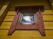 Окно деревянного коттеджа дома Стоковое Изображение