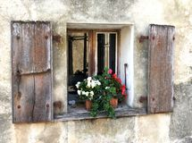 Окно дома фермы Старого Мира европейское с цветками стоковое фото