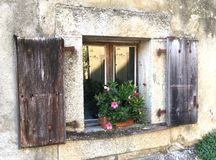 Окно дома фермы Старого Мира с цветками стоковое фото