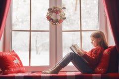 окно девушки сидя Стоковые Изображения
