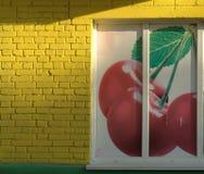 Окно загерметизировано с большим изображением вишни Фото было принято в утро стоковые изображения