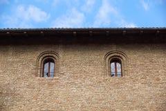 Окно замка в средневековом стиле Удвойте сдобренное окно на фасаде средневековой стены Biforium - старое окно с Стоковые Изображения RF