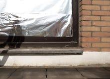 Окно изолированное с алюминиевой фольгой для того чтобы защитить дом против волны тепла Стоковая Фотография