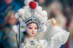 Окно дисплея магазина сувенира, 16-ое декабря 2013 в Пекине, Китае Китайская классическая модель характера туристские сувениры Стоковая Фотография