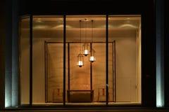 Окно дисплея магазина хозяйственных товаров с стулом таблицы люстры и экраном приведенными, коммерчески дизайном космоса Стоковое Изображение RF