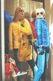 Окно дисплея моды бутика с красочным одетым манекеном Стоковая Фотография RF