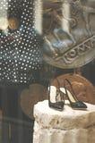 Окно дисплея моды бутика с одетыми манекеном и bla Стоковая Фотография