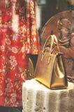 Окно дисплея моды бутика с одетыми манекеном и gol Стоковое Изображение