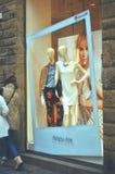 Окно дисплея моды бутика с одетым манекеном в современном Стоковые Фото