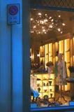 Окно дисплея моды бутика с одетым манекеном в современном Стоковая Фотография RF