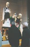 Окно дисплея моды бутика с одетым манекеном в современном Стоковые Фотографии RF