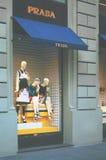Окно дисплея моды бутика с одетым манекеном в современном Стоковое Изображение RF