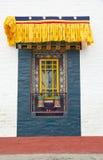 Окно и колеса молитве на монастыре Pemayangtse, Сиккиме, Индии стоковые изображения
