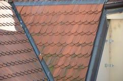 Окно и старая крыша стоковые фото