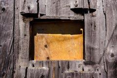 Окно конца-вверх закрыло с частью переклейки, в стене старой сватает Стоковые Изображения