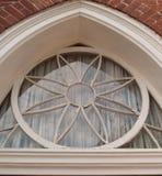 Окно круга в исторической церков стоковые изображения