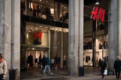 Окно магазина и вход H&M ходят по магазинам в милане, Италии Стоковое фото RF