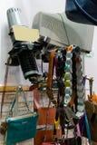 Окно магазина с сумками и поясами, ремнями стоковое фото