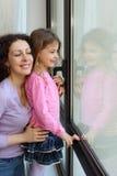 окно мати взгляда дочи вне сь Стоковое Изображение RF