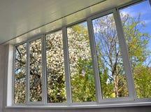 окно Металл-пластмассы в лоджии Стоковые Изображения RF
