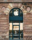 Окно моя на магазине Яблока перед раскрывать - большой фасад Стоковые Изображения