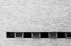 Окно на белой серой кирпичной стене стоковое изображение rf