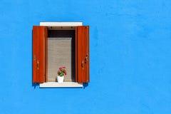 Окно на голубой стене в Burano, Италии Стоковое фото RF