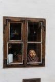 Окно на красной кирпичной стене с винтажным тоном стоковое фото