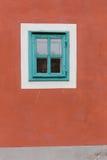 Окно на красной кирпичной стене с винтажным тоном стоковые фотографии rf