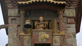 Окно на малом отверстии балкона и колоколе ангела марионетки поразительном, башне с часами акции видеоматериалы