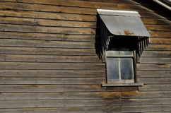 Окно на старом деревянном доме Стоковое фото RF