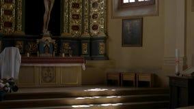 Окно около алтара церков сток-видео