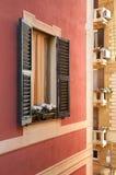 Окно дома в Генуе Италия стоковые фото